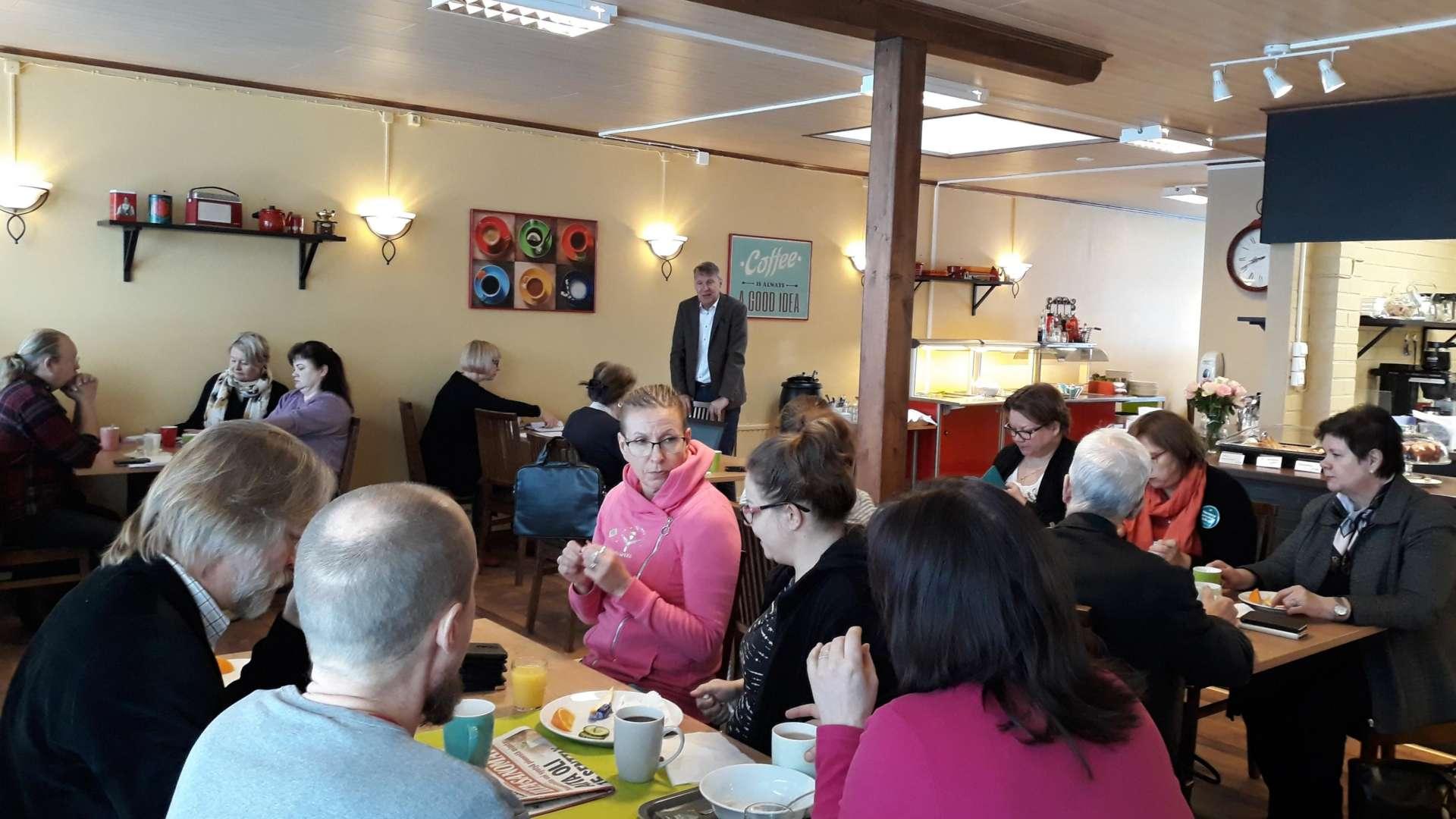 Orivesiläiset yrittäjät ja yrityspalvelujen väki istuvat yrittäjien aamukahveilla lounaskahvila Hellassa Orivedellä.