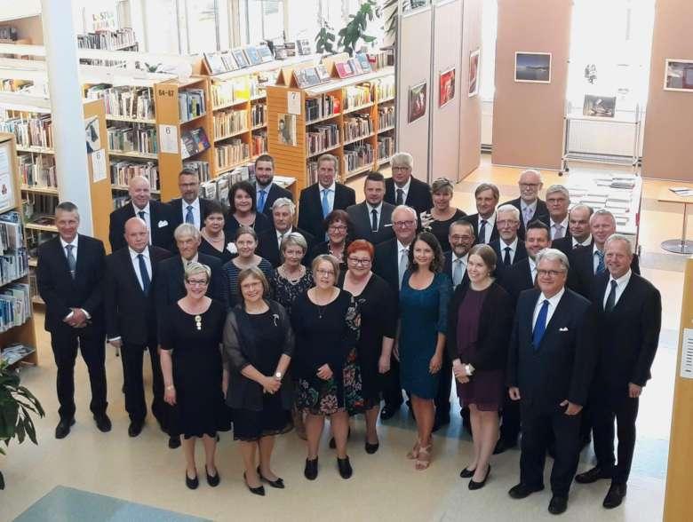 Oriveden kaupunginvaltuusto 100-vuotisjuhlakuvassa kirjastolla vuonna 2019.
