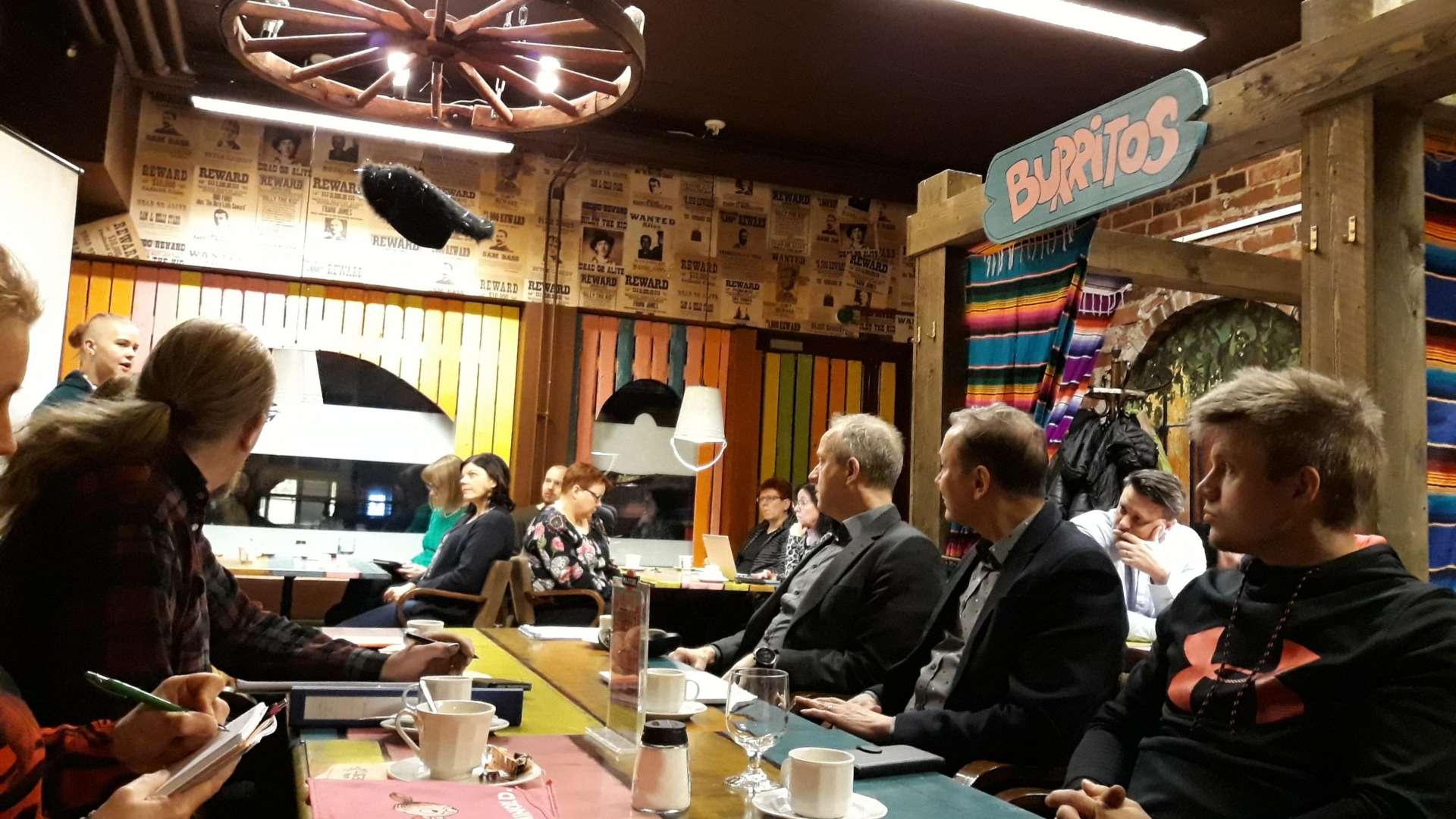 Orivesiläiset yrittäjät ovat kokoontuneet yrittäjien aamukahveille Cantina Fiestaan.
