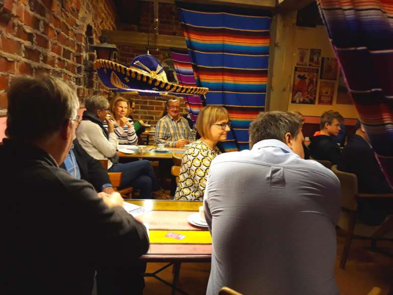 Orivesiläisiä yrittäjiä ja kaupungin yrityspalvelujen henkilöstöä yrittäjien aamukahveilla Cantina Fiestassa.