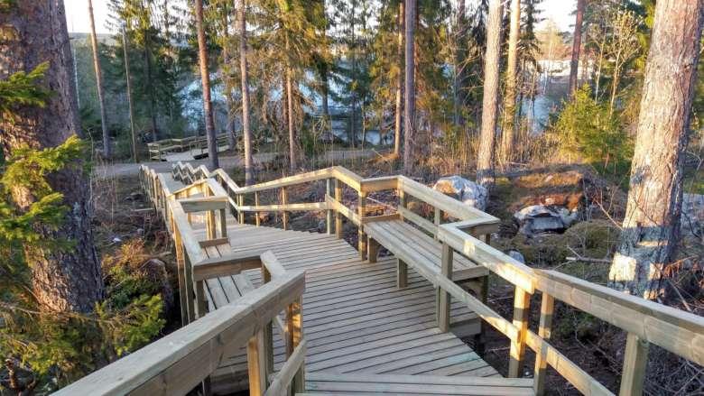 Elämysportaat laskeutuvat pitkin Paltanmäen rinnettä useassa eri tasossa ja päättyvät jäähallin kulmalle.