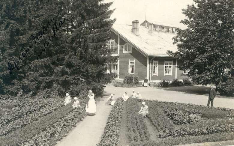 Lepran sairaalan kasvimaa ja kasvimaan hoitajat kuvattuna vuonna 1931