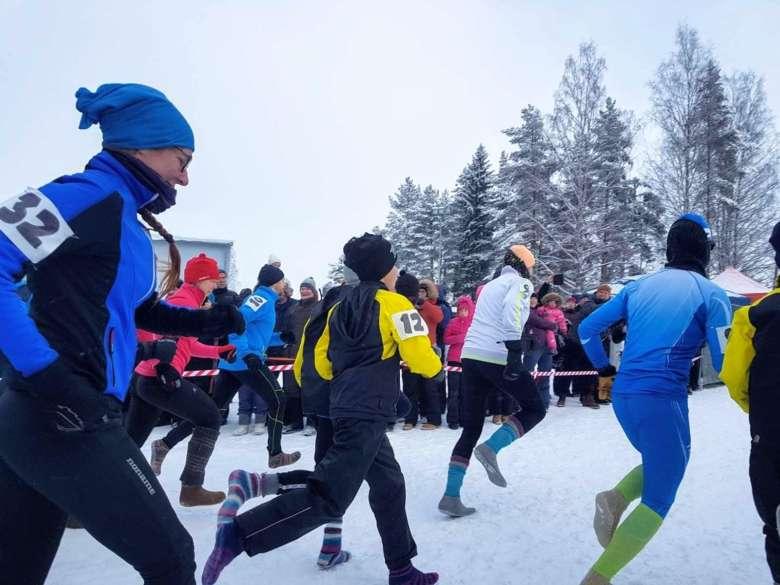 Villasukkajuoksun SM-kisojen kilpailijoita starttaamassa kolmen kilometrin reitille.