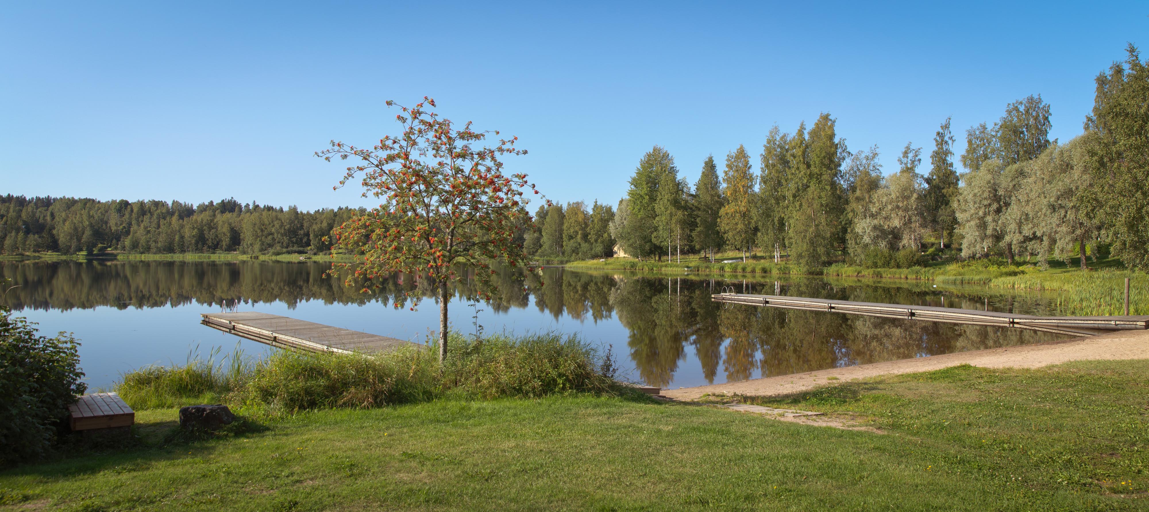 Kirkkolahden uimaranta ja laiturit.