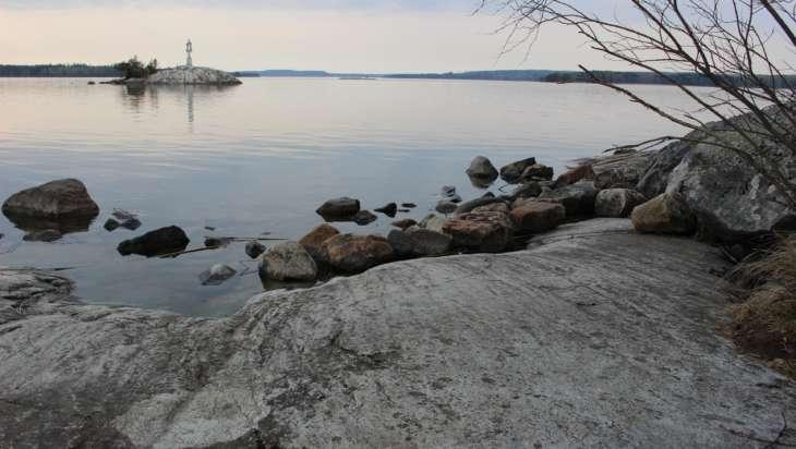 Maisema Eräpyhän kallioiselta rannalta.