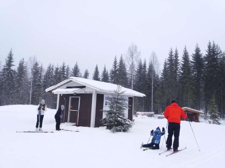 Isoja ja pieniä hiihtäjiä Oriveden hiihtomaassa.
