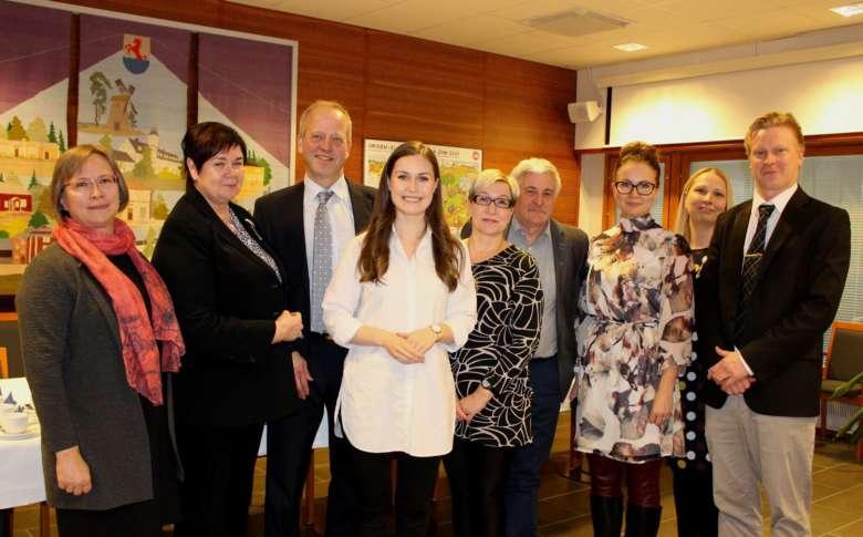 Pääministeri Sanna Marin sekä kaupungin edustajat Oriveden valtuustosalissa.