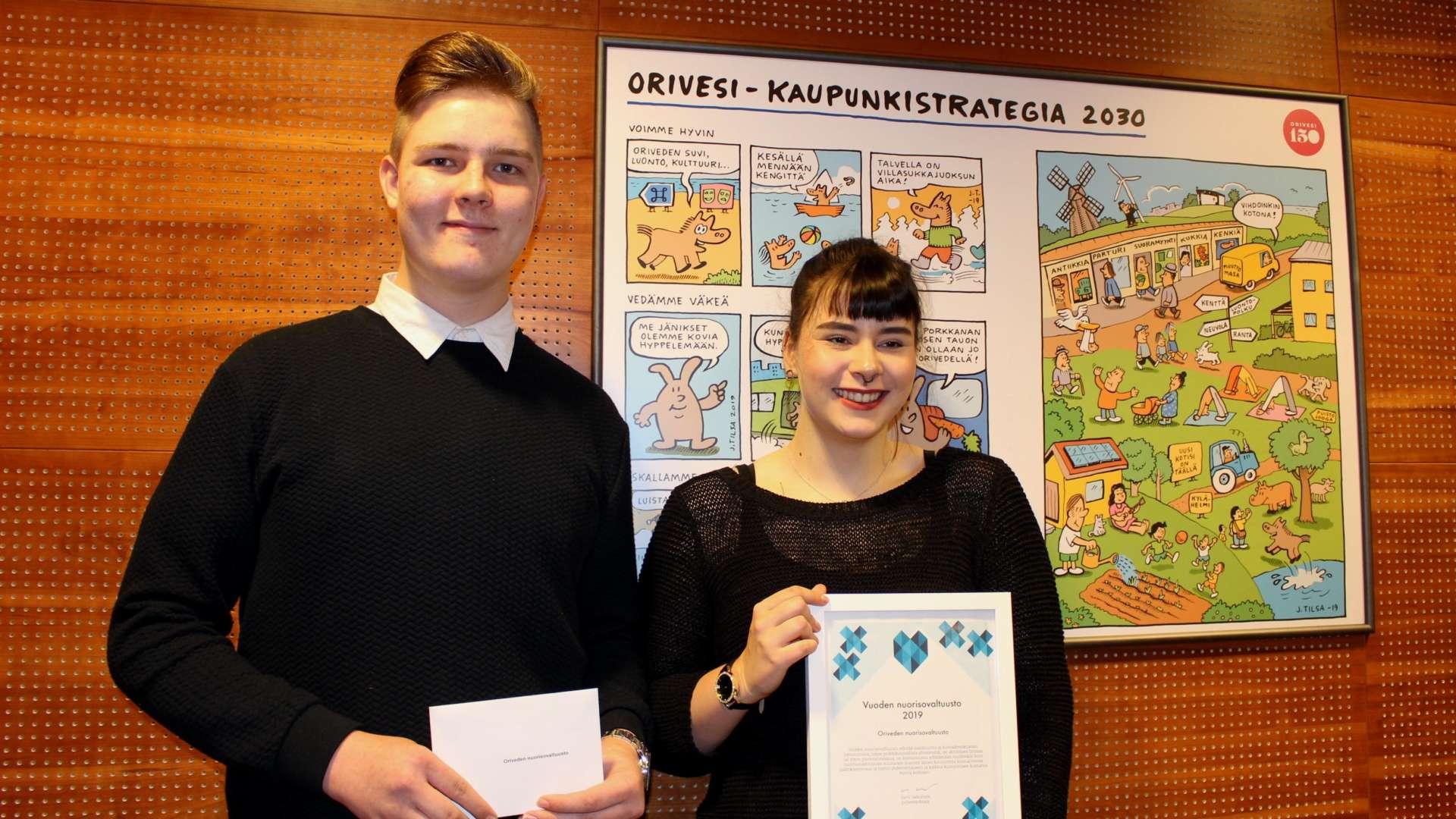 Nuorisovaltuusto valittiin Vuoden nuorisovaltuustoksi 2019. Kunniakirjaa ja kaupunginhallituksen huomionosoitusta esittelevät nuorisovaltuuston sihteeri Konsta Lamminen ja puheenjohtaja Aino Mäkelä.