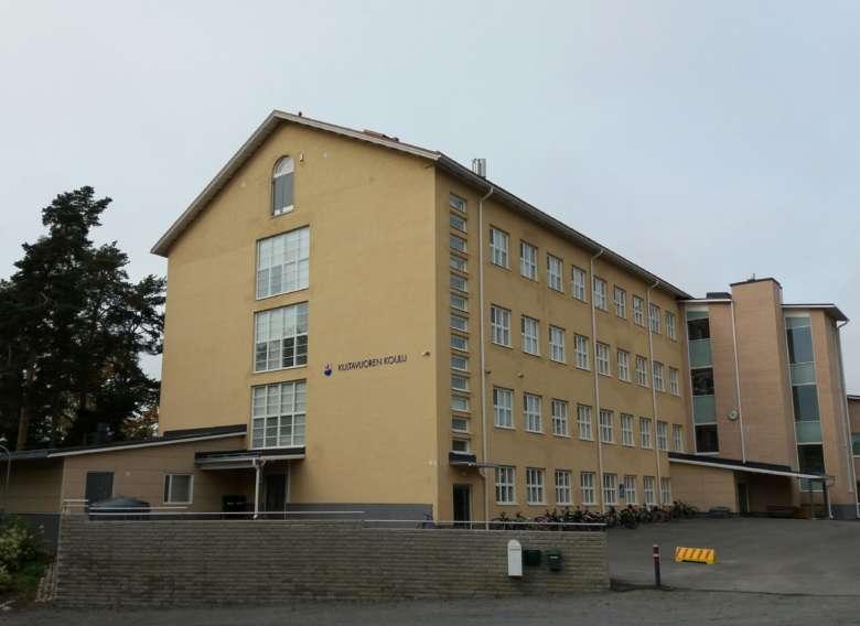 Kultavuoren koulu kuvattuna tulotien suunnasta.