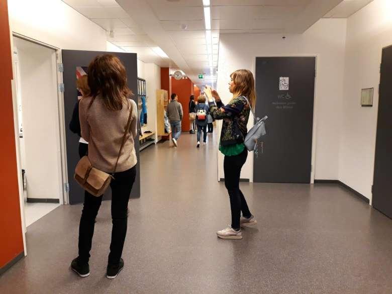 Erasmus-hankkeen vierailijat ottavat kuvia Oriveden Kultavuoren koulun sisätiloista.