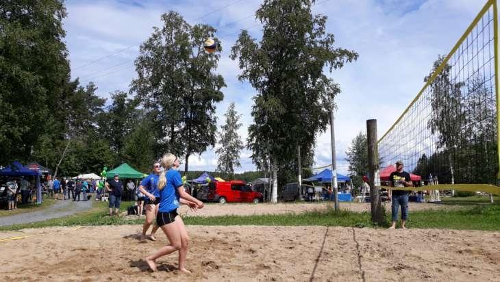 Rönnin uimarannalta löytyy beachvolley -kenttä.