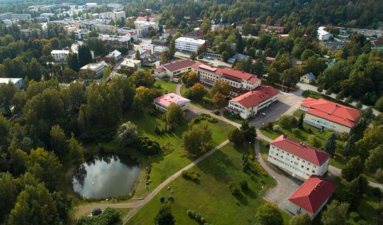 Oriveden Kampus kuvattuna dronella. Oriveden Kampus on vehreä miljöö, joka sijaitsee aivan keskustassa.
