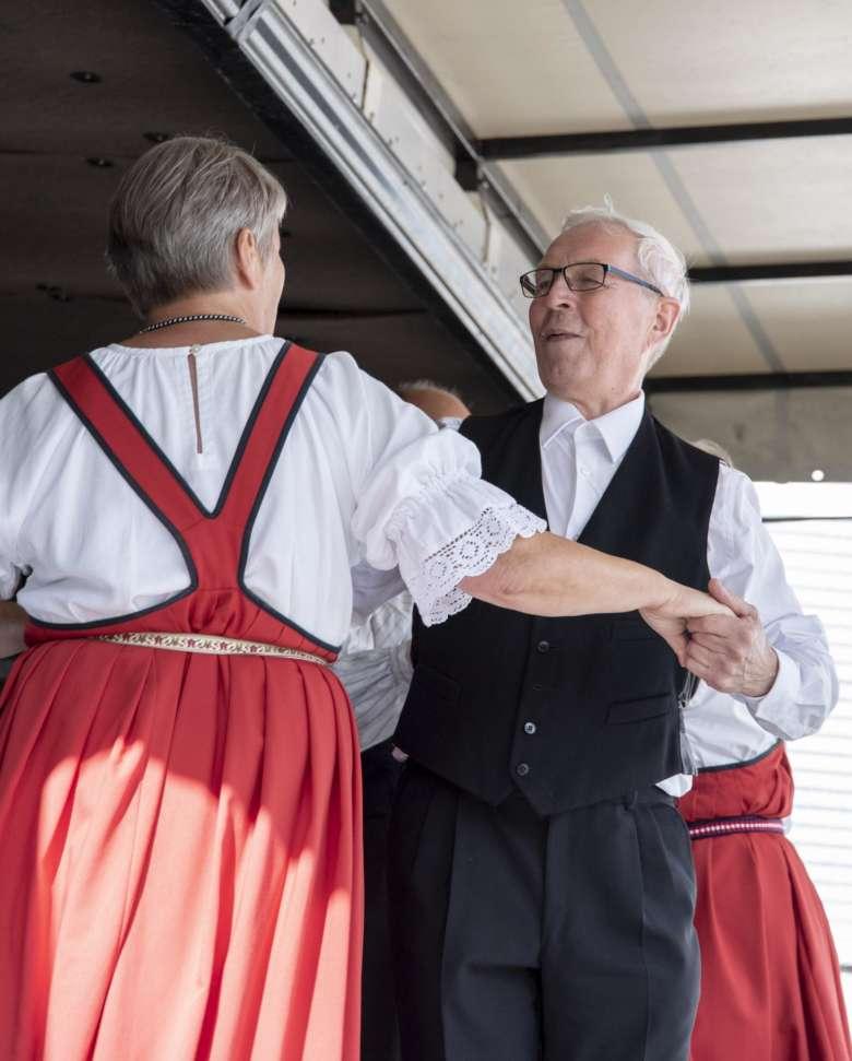 Kansantanssijoita lavalla Orivesi 150v -tapahtumassa Paltanmäellä.
