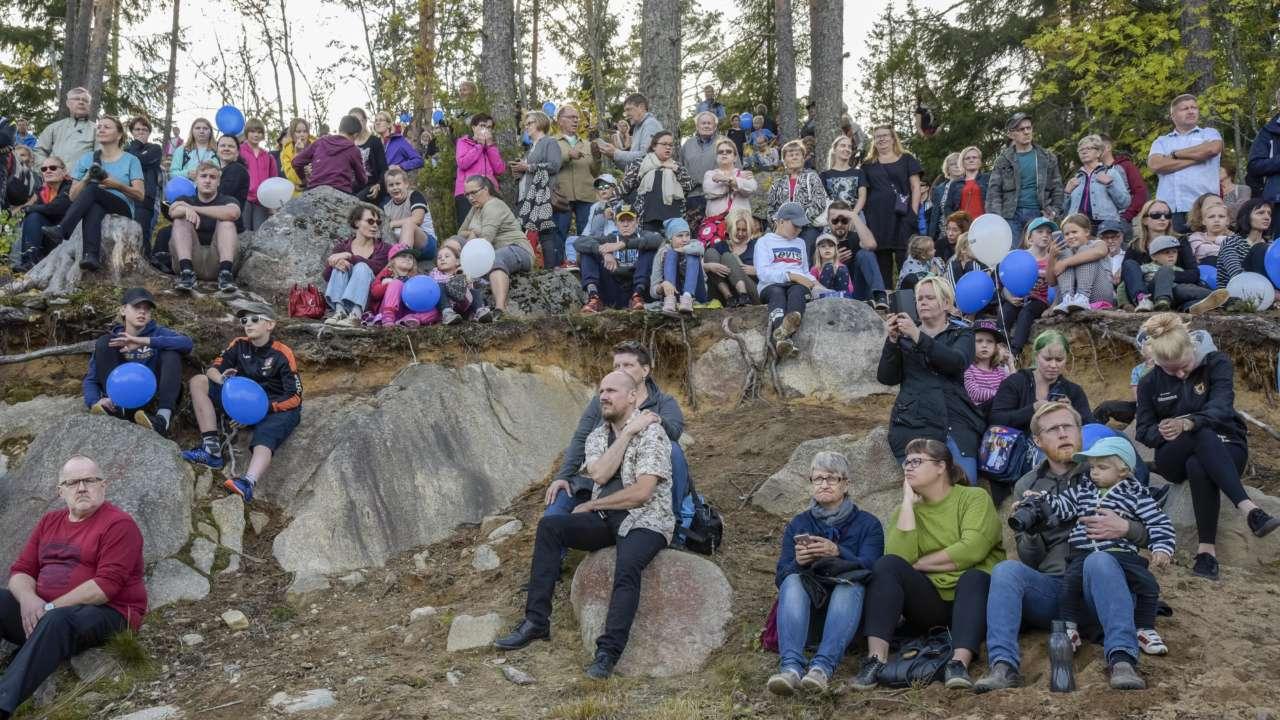Yleisö istuu Paltanmäen kallioisella rinteellä katsomassa Orivesi 150 -tapahtuman turnajaisia.