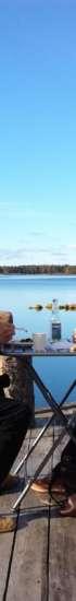 Kuvassa orivesiläiset Heikki ja Paula istuvat patiolla järven rannassa.