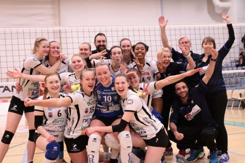 Oriveden Ponnistuksen naisten lentopalloliigajoukkueen pelaajia, valmentajat ja huoltojoukot.