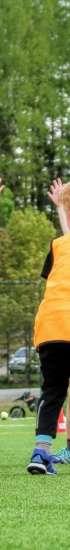 Tuiskun naperofutispelaajia jalkapalloharjoituksissa Rovastinkankaan tekonurmikentällä.