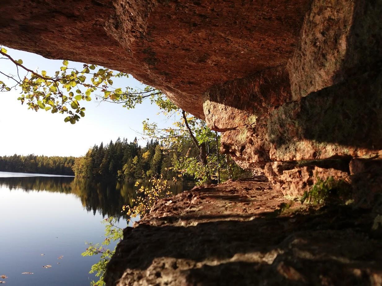 Vuorijärven retkeilureitin riippukivikalliot