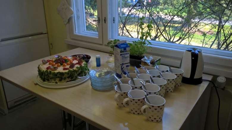Voileipäkakkukahvit katettuna Järjestöjen talon keittiöön.