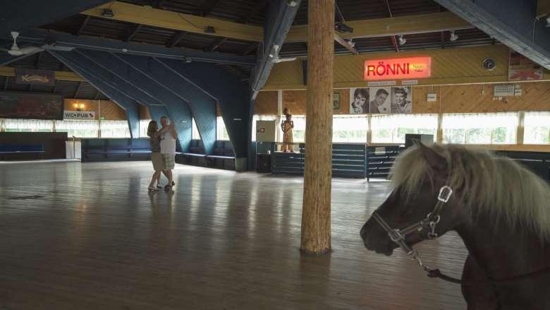 Kid-poni ja tanssiva pariskunta Rönnin huvikeskuksen tanssilavalla.