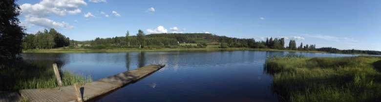 Hirsilän kylän kesäistä järvenrantamaisemaa.
