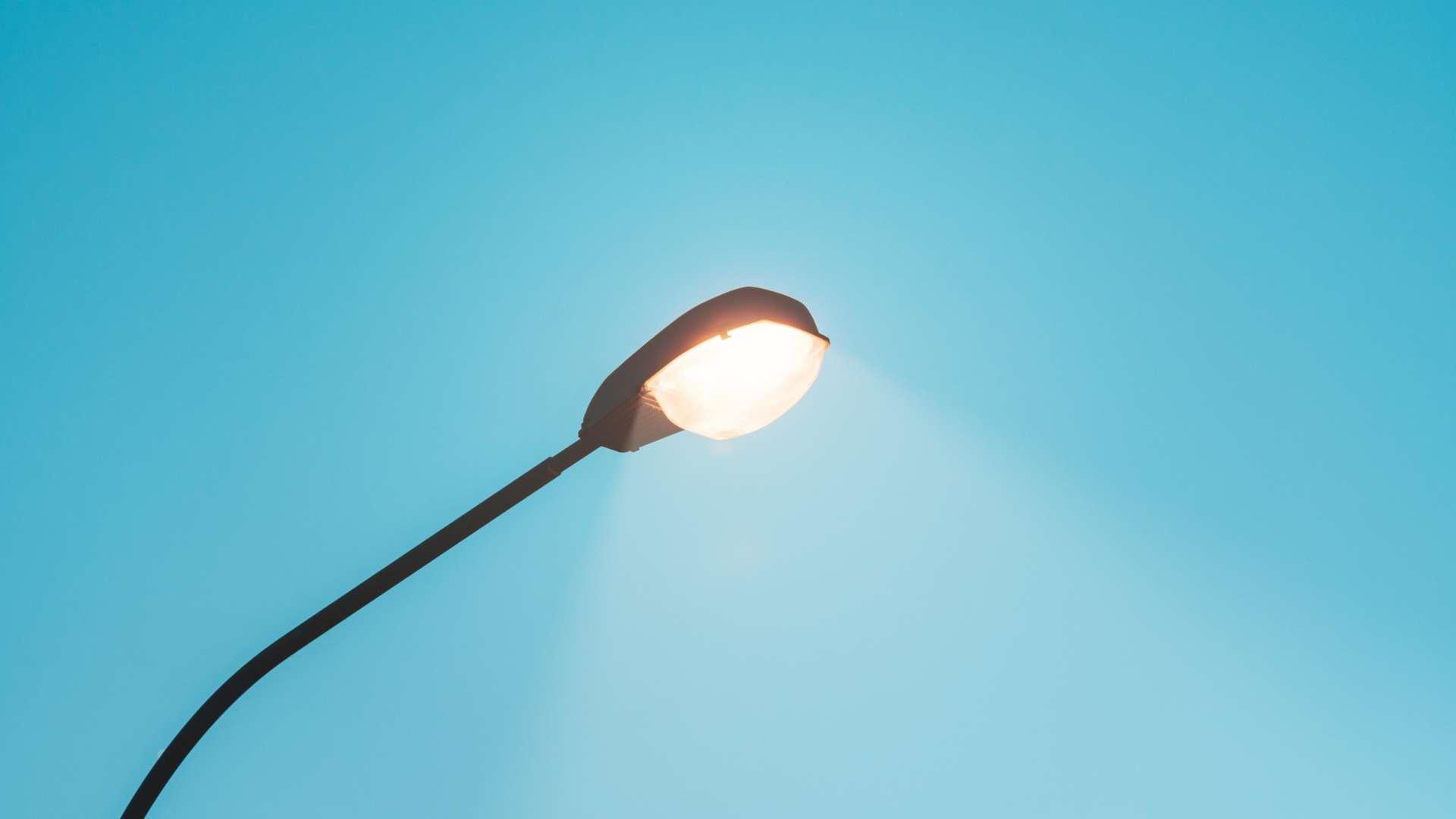 Yksi katuvalopylväs ja lamppu, Katuvalo valaisee kirkkaasti.