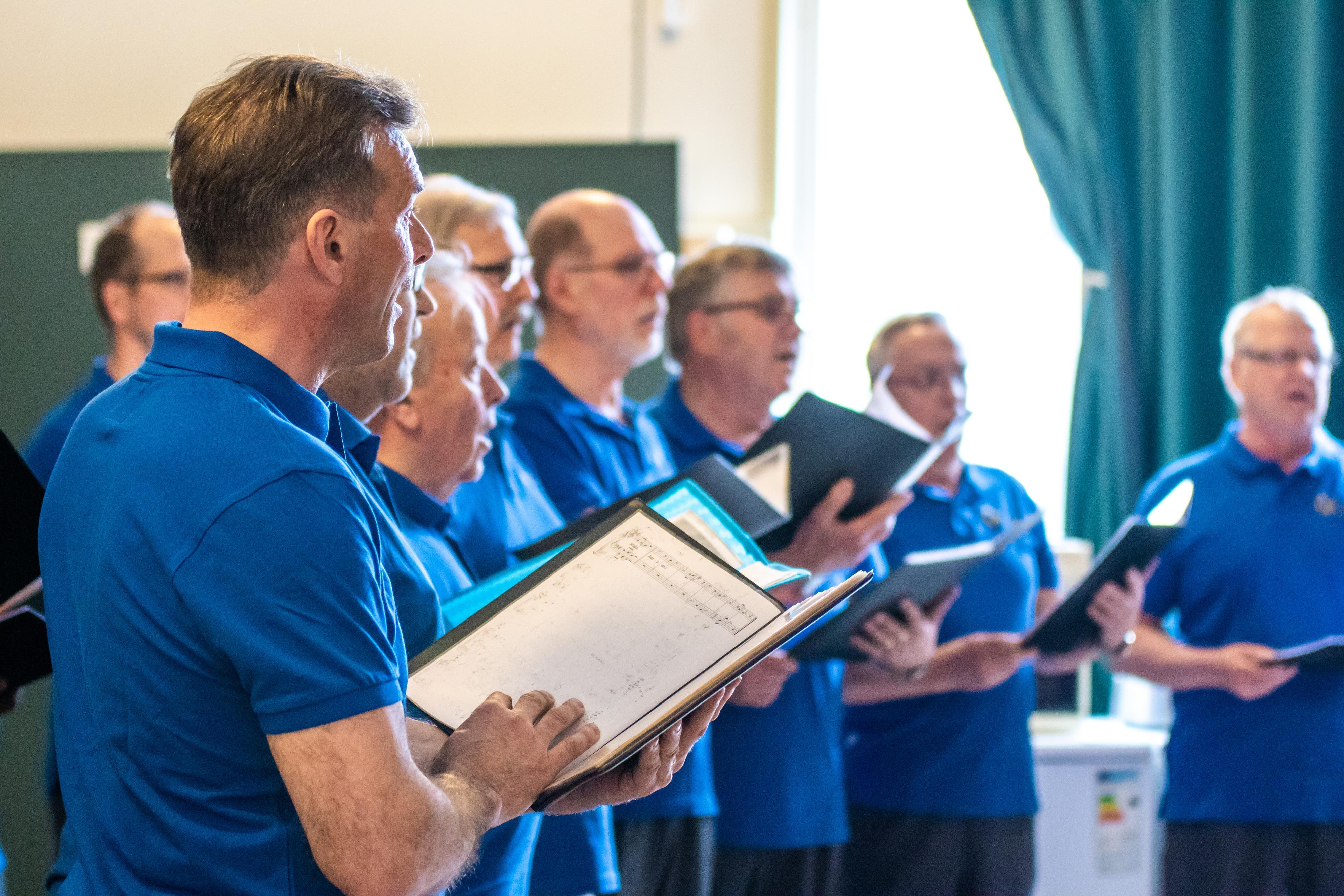 Oriveden mieslaulajat esiintyvät kansalaisopiston musiikinpäivässä.