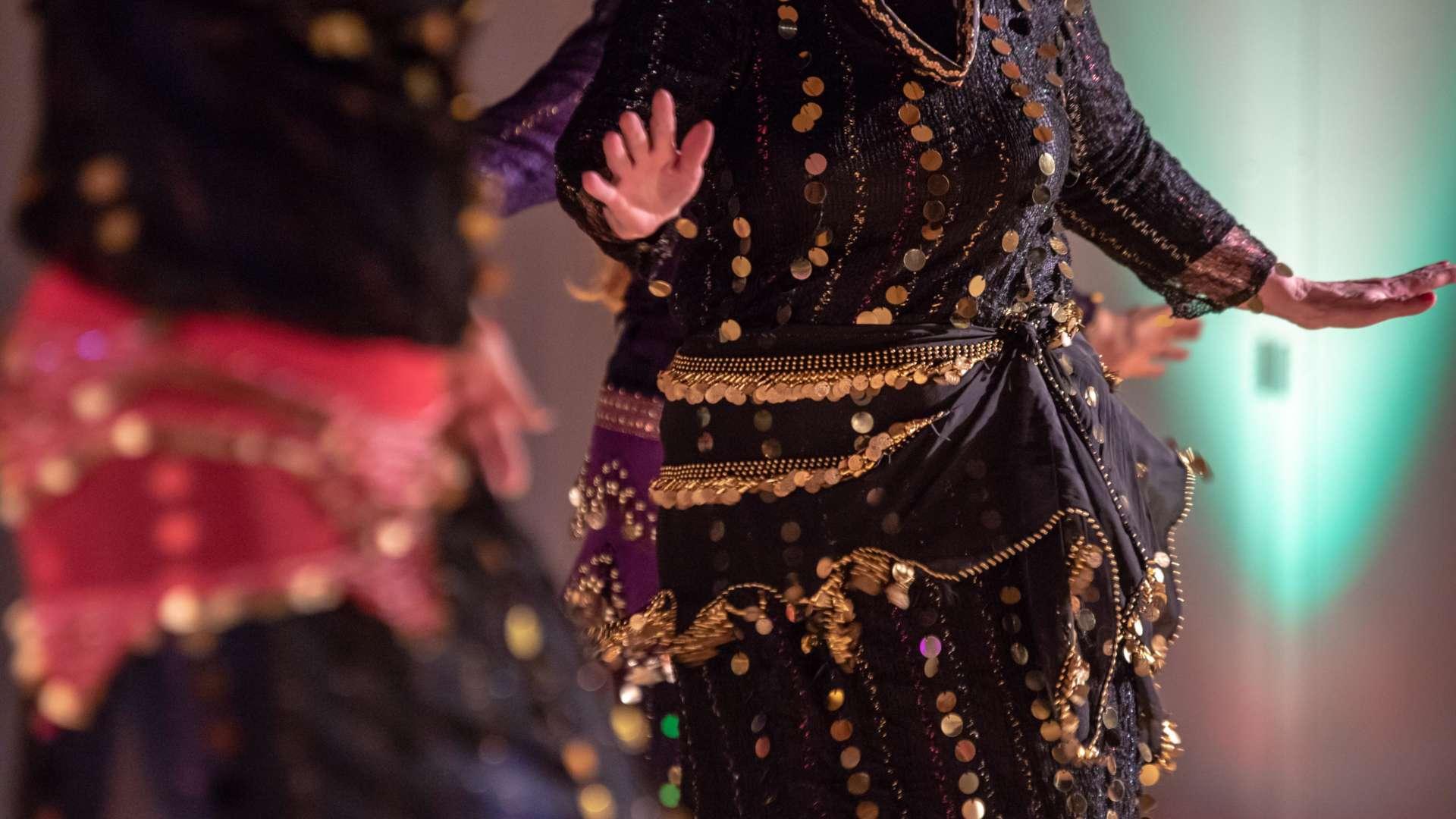 Oriveden seudun kansalaisopiston itämaisen tanssin ryhmä esiintyy tanssinpäivän näytöksessä