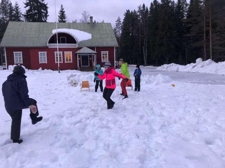 Ulkoilijoita Siitaman Jukolan pihassa talvella.