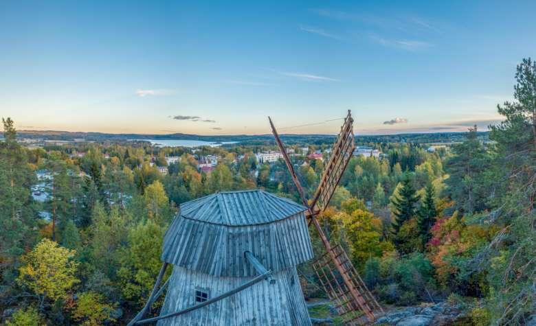 Paltanmäen kotiseutumuseon tuulimylly ja maisema keskustaan päin.