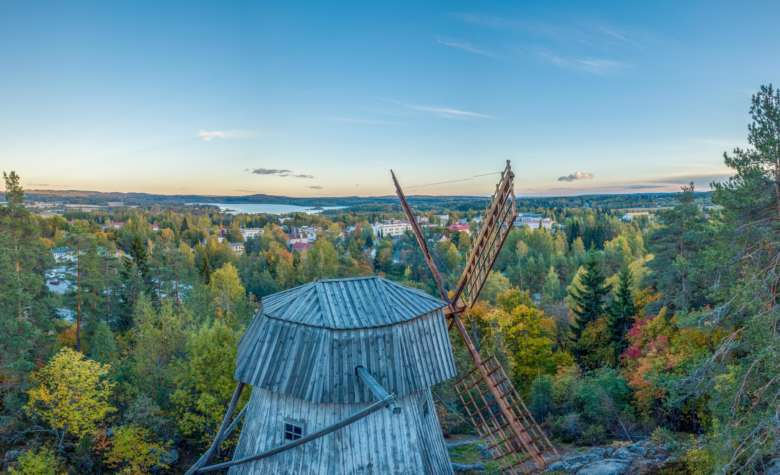 Paltanmäen kotiseutumuseon tuulimylly ja maisema Paltanmäeltä Oriveden keskustaan päin.