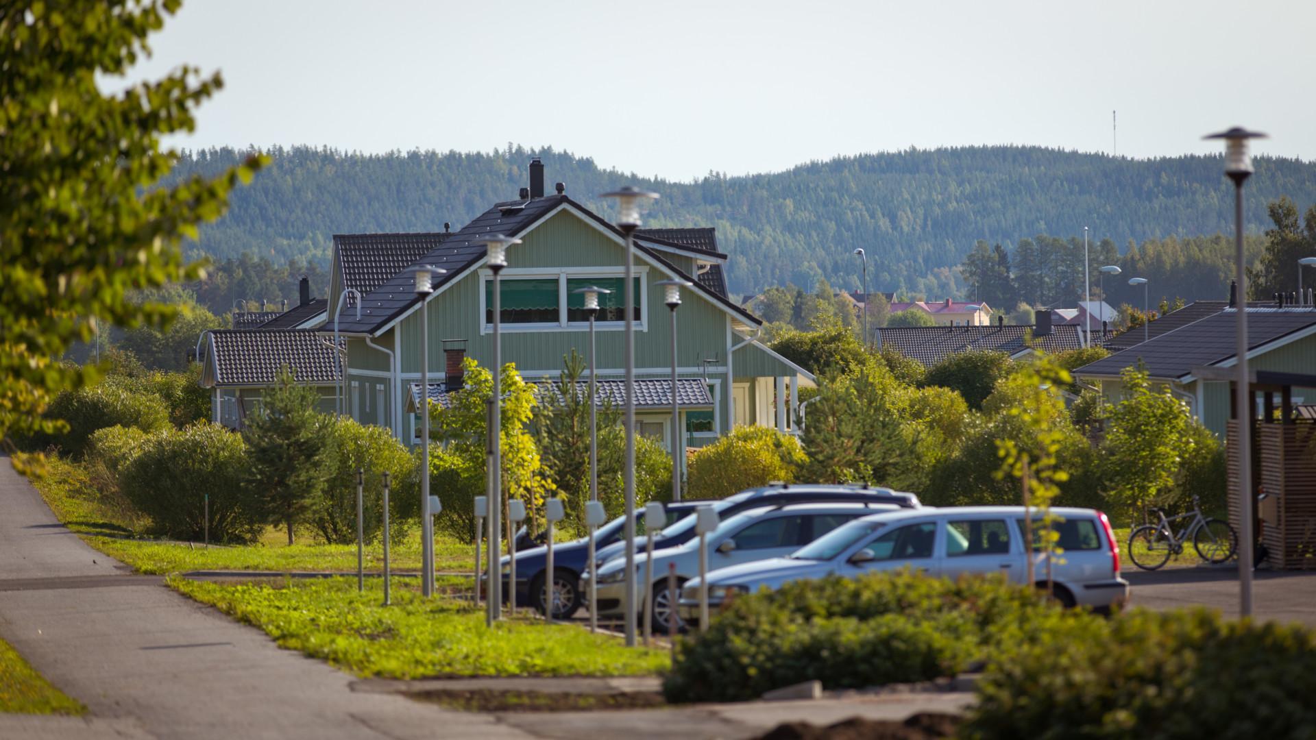 Omakotialuetta, taloja ja autoja pysäköitynä talojen pihaan.