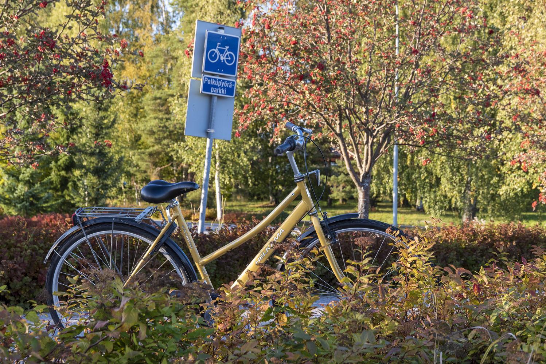 Pyörä parkissa Oriveden keskustan taajamajunaseisakkeella.