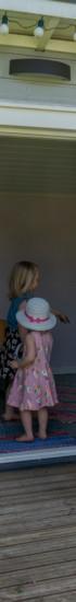 Pikkutytöt leikkivät leikkimökissä.