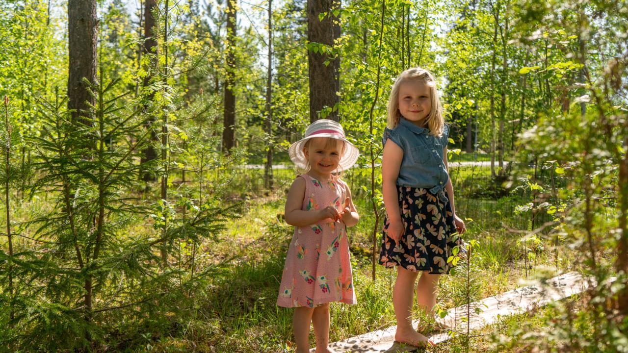 Kaisan tytöt kodin lähellä metsäpolulla.