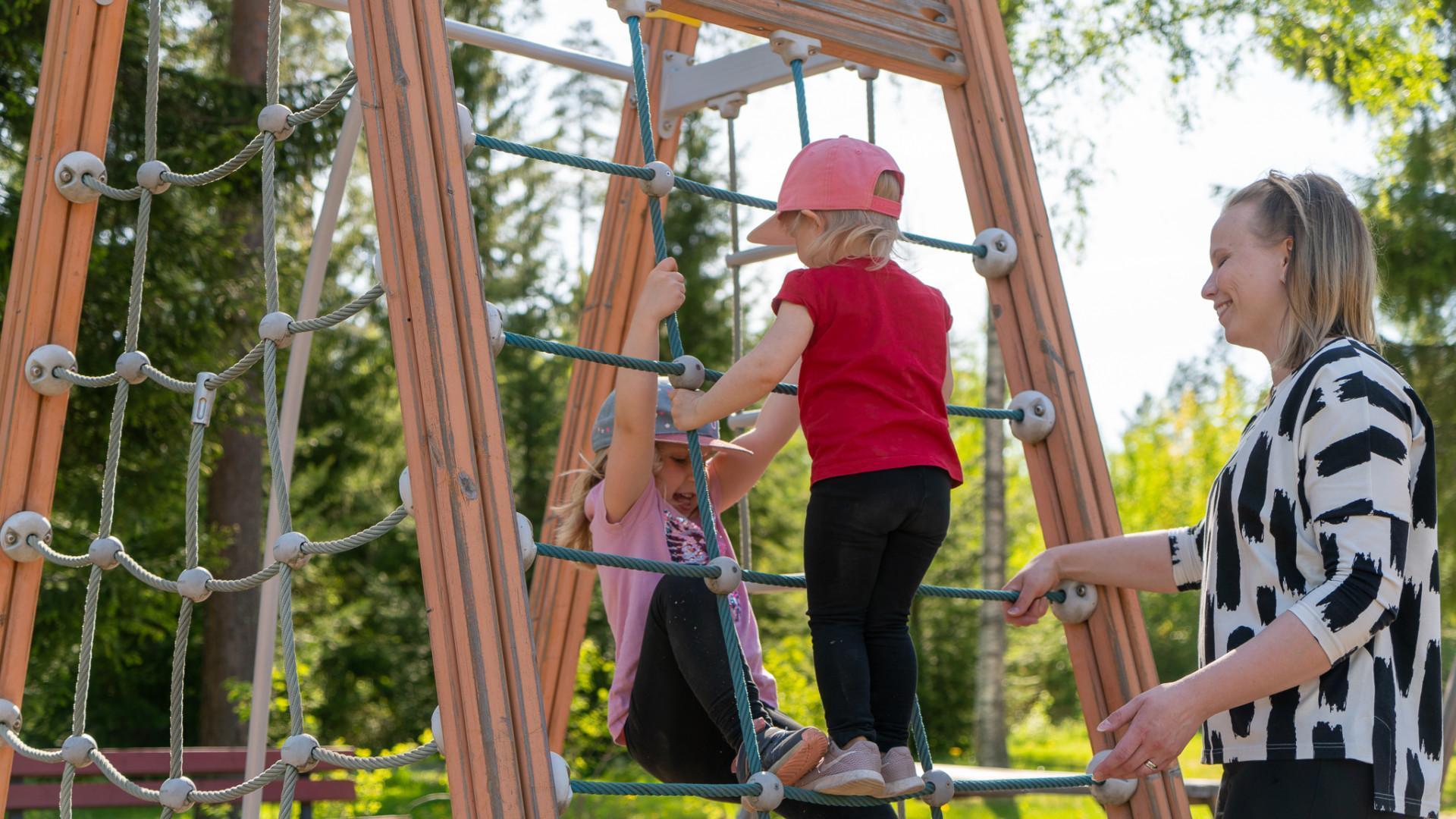 Äiti ja lapsia leikkipuistossa Orivedellä.