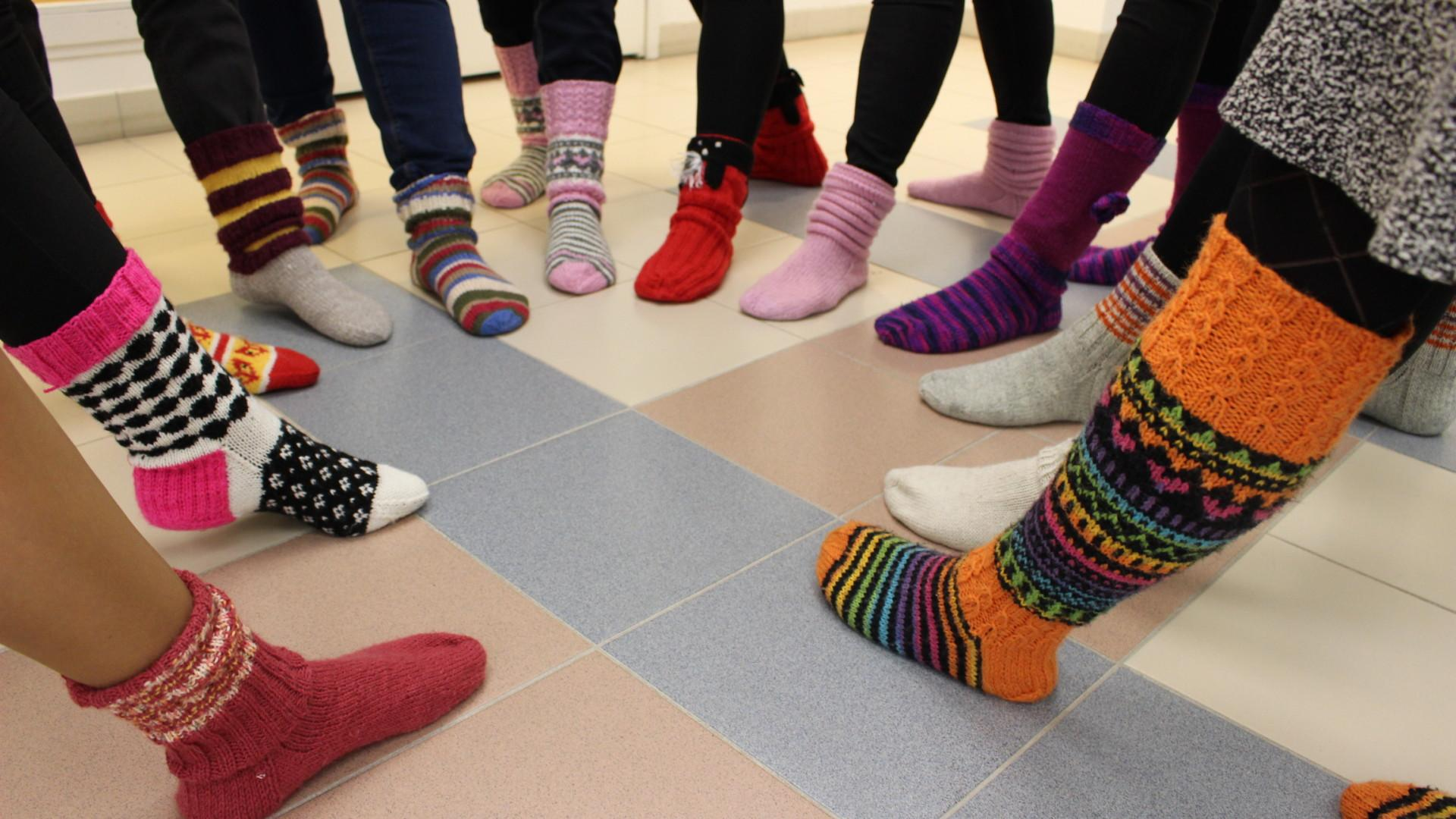 Oriveden kaupungin työntekijöitä villasukat jalassa.