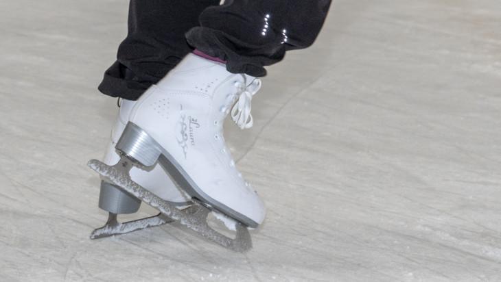 Luistelija Oriveden jäähallin jäällä.