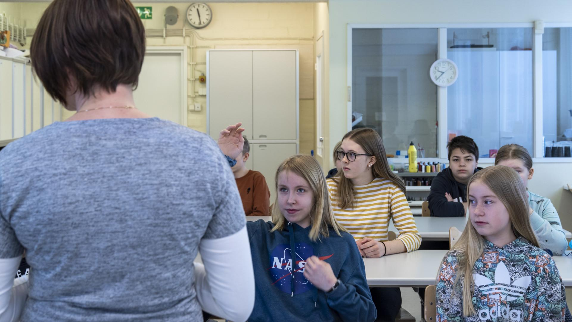 Kultavuoren koulun oppilaita ja opettaja luokassa.