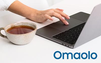 Tietokone ja kahvikuppi sekä Omaolo-logo.
