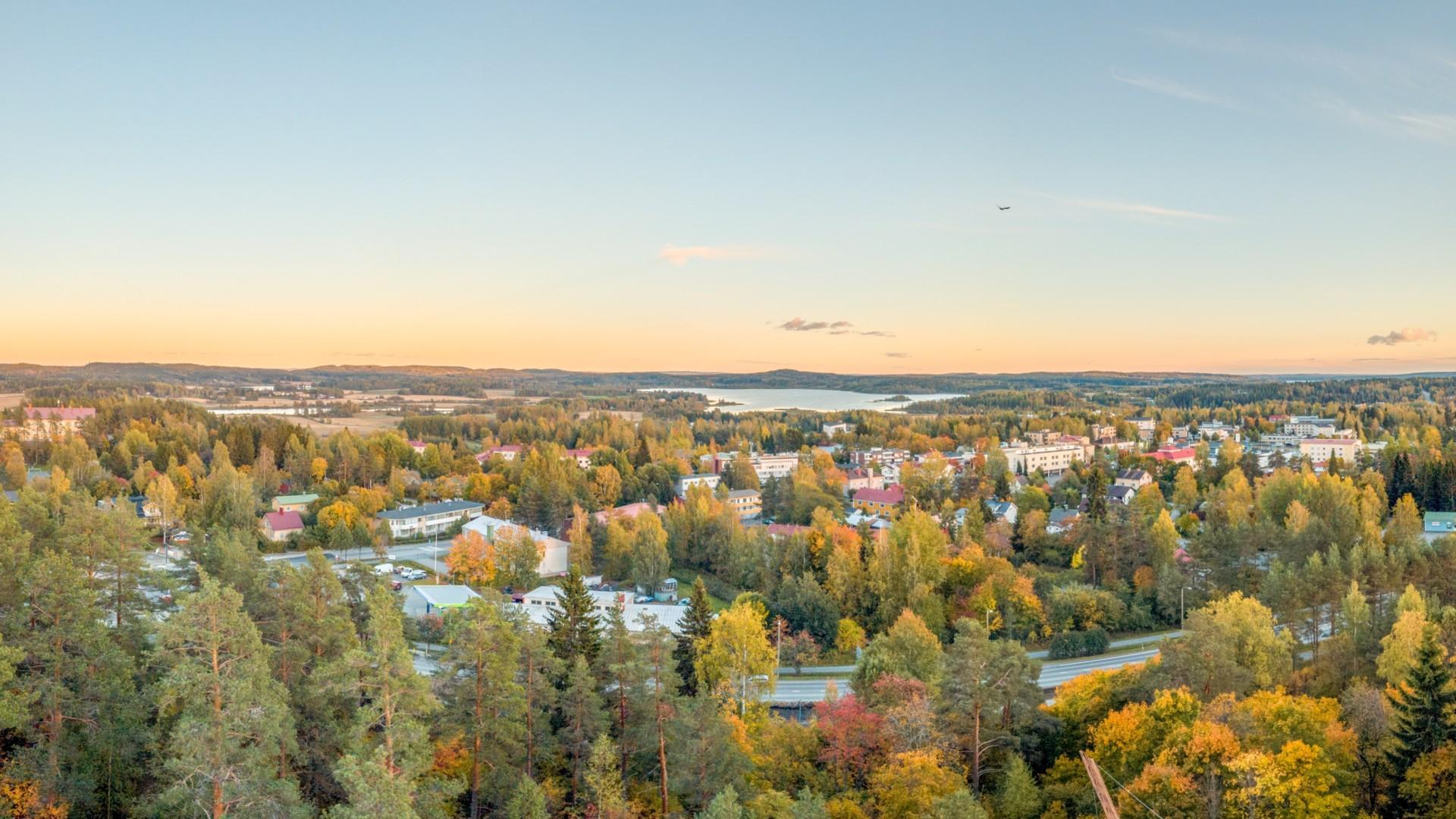 Oriveden keskustaa dronella kuvattuna Paltanmäeltä päin.