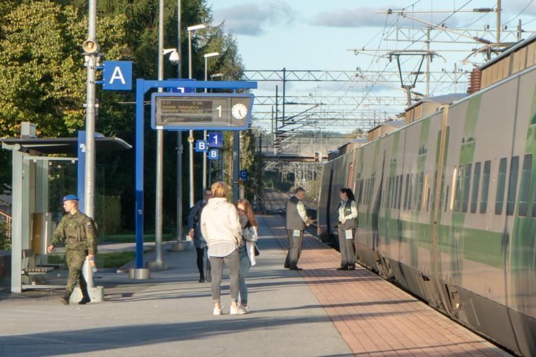 Ihmisiä odottamassa junaa Oriveden juna-asemalla.