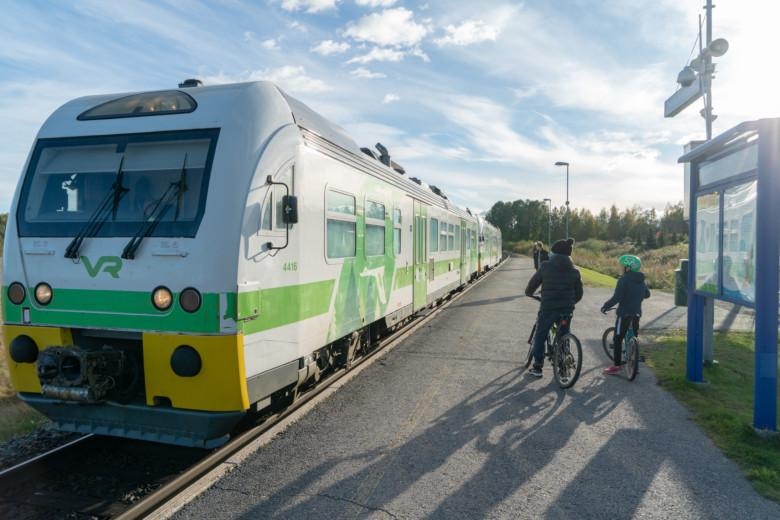 Poikia odottamassa lähijunan saapumista Oriveden keskustan taajamajunaseisakkeella.