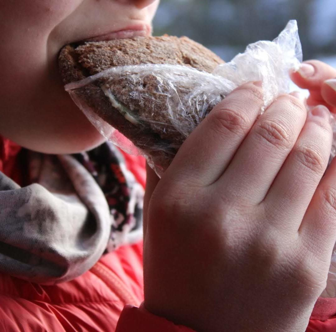 Lapsi haukkaa eväsleipää.