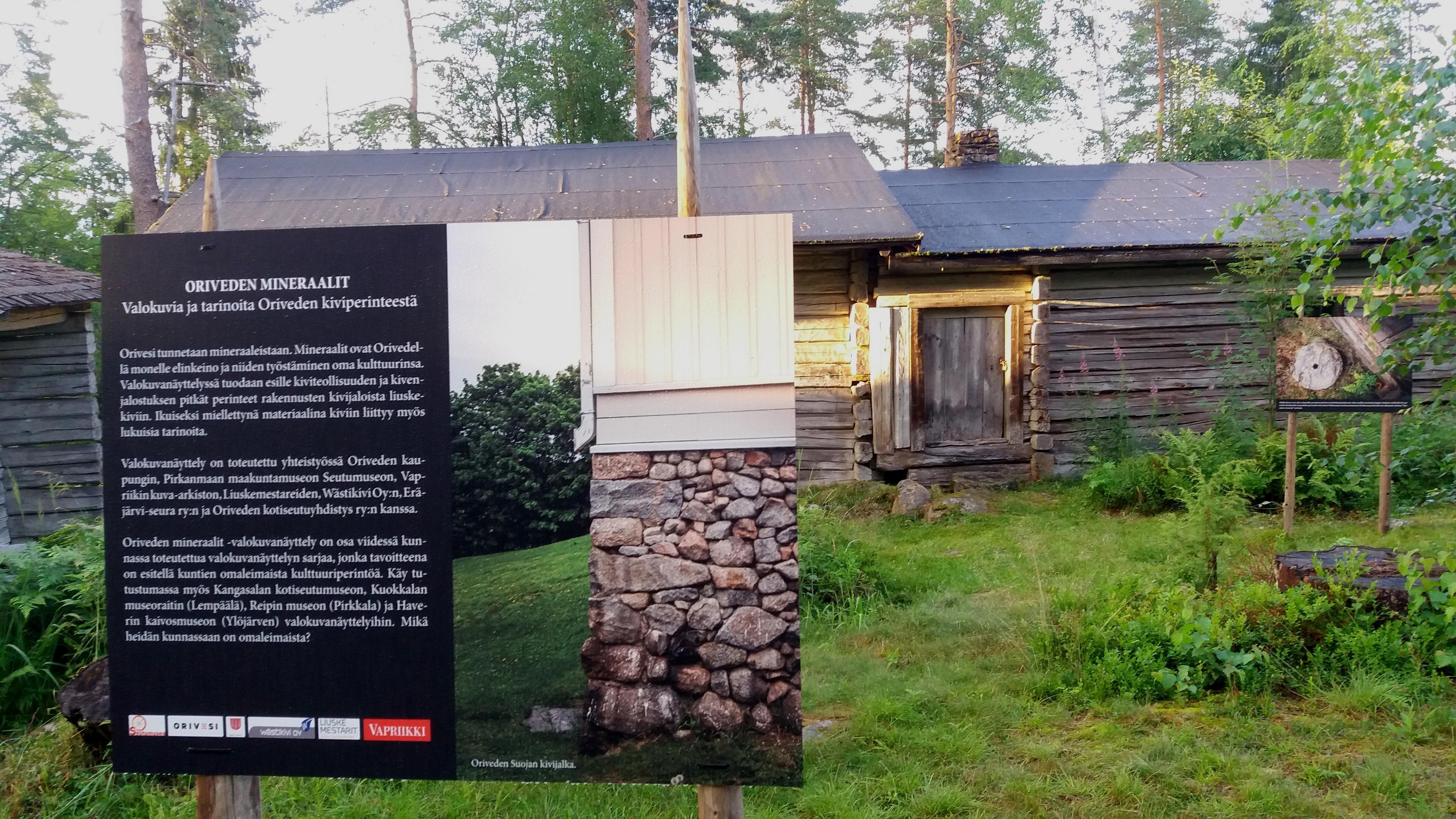 Oriveden mineraalit -näyttelyn infotaulu ja teoksia Paltanmäellä.