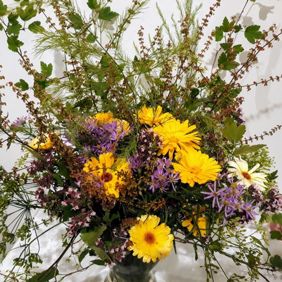 Kukkakimppu pöydällä.
