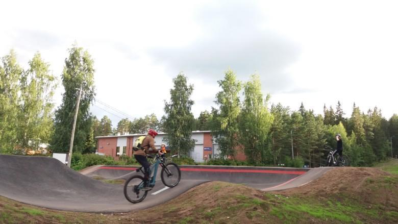Pyöräilijöitä Oriveden pumptrack-radalla.