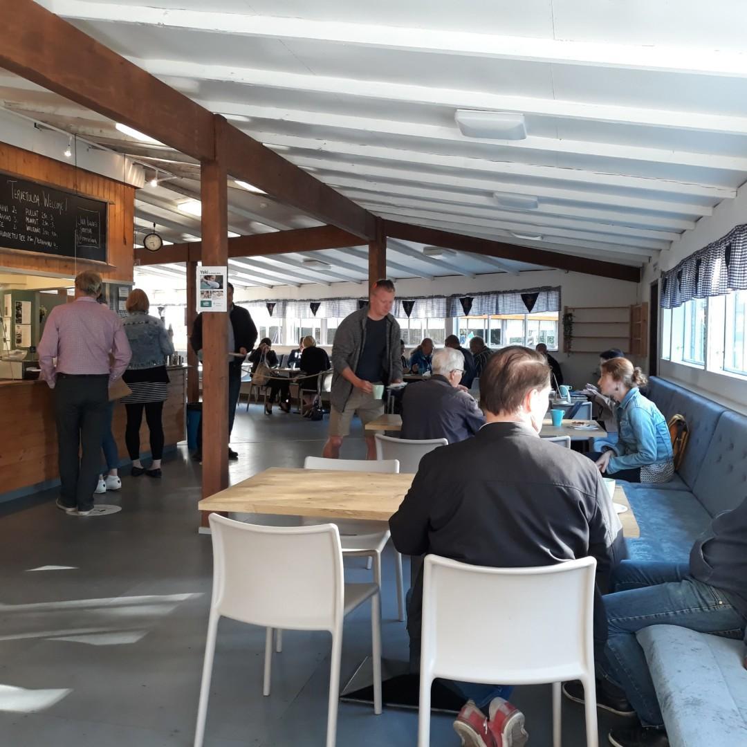 Ihmisiä yrittäjien avoimilla aamukahveilla Rönnin lavan ravintolassa elokuussa 2020.
