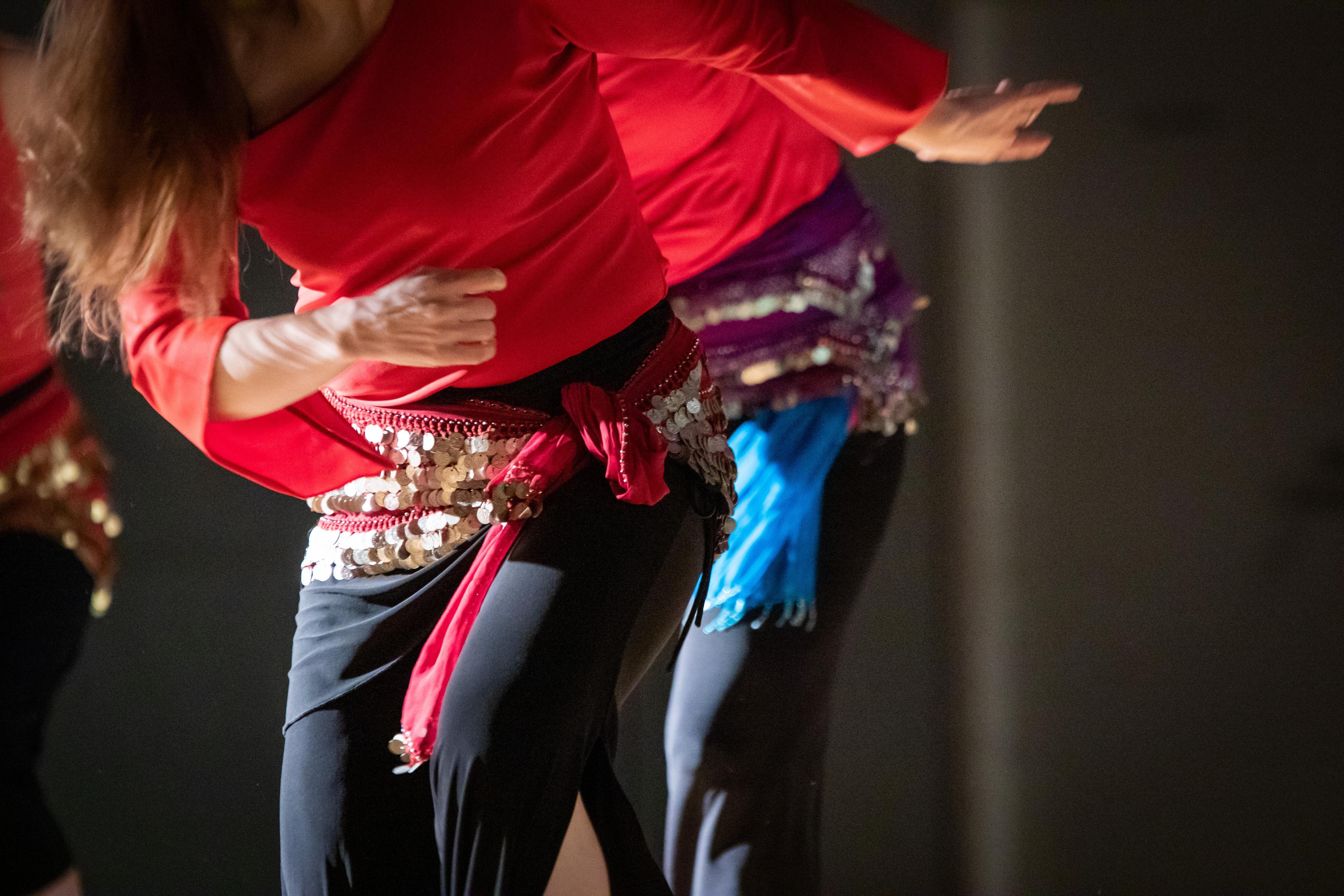 Nainen tanssitunnilla.