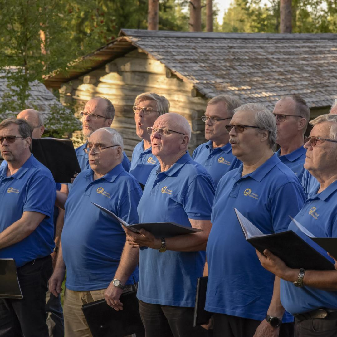 Oriveden Mieslaulajat konsertoivat Paltanmäellä.